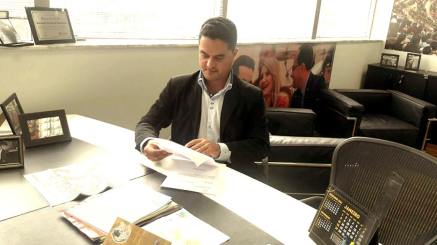 Moisés Lazarine no gabinete do Deputado Estadual Cezinha da Madureira. Reunião com objetivo de obtenção de emenda parlamentar para a Santa Casa, de São Carlos.