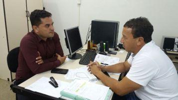 Moisés Lazarine em conversa com o secretário Edson Ferraz