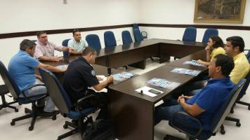 Moisés Lazarine em reunião com as secretarias de saúde, esporte, guarda municipal e departamento de trânsito.