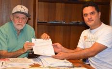 Prefeito Airton Garcia sendo comunicado da destinação da verba pelo vereador Moisés Lazarine