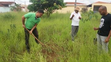 Lazarine abrindo covas para plantação de mudas